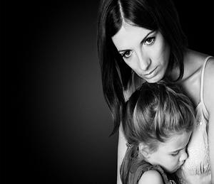 stalking del padre su madre e figlia